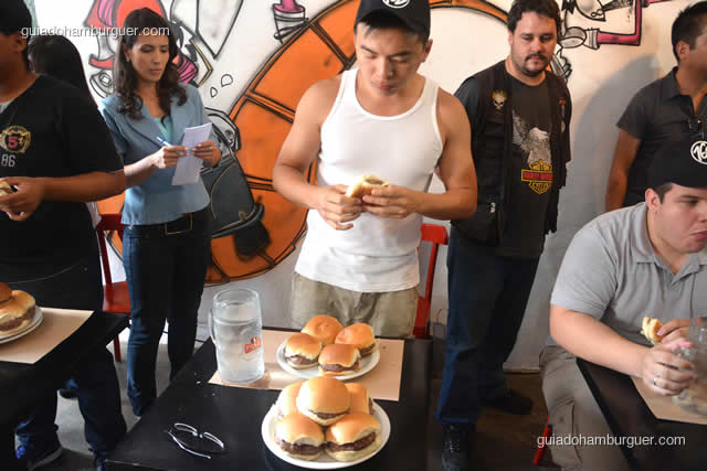 Este está no sexto hambúrguer, um prato foi reposto - Torneio Devoradores 162