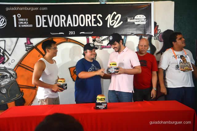 Pedro Paulo recebe seu troféu de vice campeão - Torneio Devoradores 162
