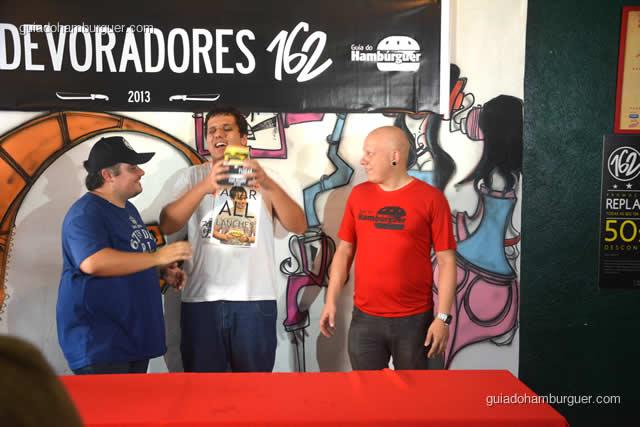 E Jonas Marques comemora o título de campeão do 1º Devoradores 162  - Torneio Devoradores 162
