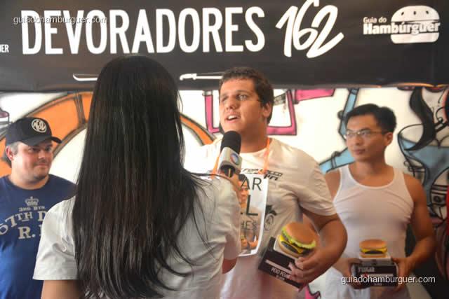 Jonas Marques dando entrevista à Record sobre seu título - Torneio Devoradores 162