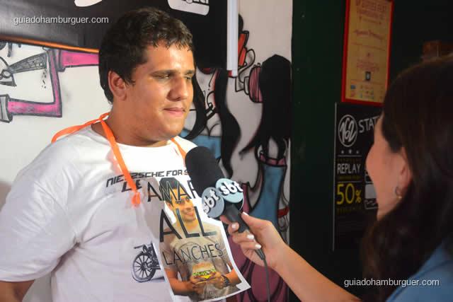 Jonas Marques dando sua última entrevista para o SBT antes de ir para casa com seus R$ 500,00 e o grande prêmio do evento - Torneio Devoradores 162