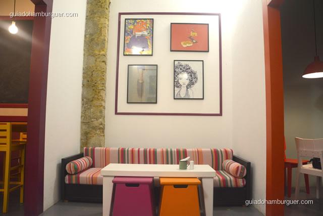 Sofazinhos coloridos e confortáveis para os clientes - Dona Maricota