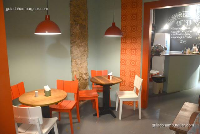 Ambiente com mesinhas e cadeiras, mais tradicional - Dona Maricota