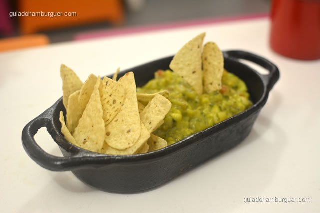 Porção de guacamole temperada e os nachos - Dona Maricota
