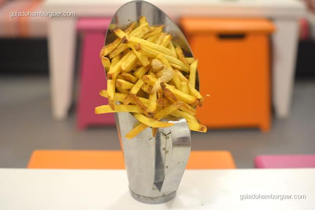 Porção de batatas fritas serve 2 pessoas - Dona Maricota