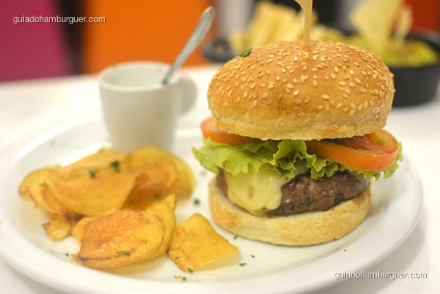 A apresentação do prato é bem caprichada e o tamanho do hambúrguer médio - Dona Maricota