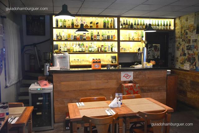 Balcão e bar iluminado - 12 Burguer e Bistrô
