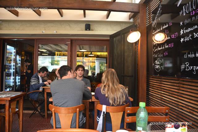 As mesas na varanda são as mais agradáveis - 12 Burguer e Bistrô