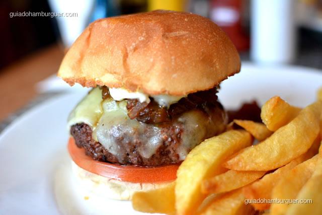 Hambúrguer bem de pertinho - 12 Burguer e Bistrô