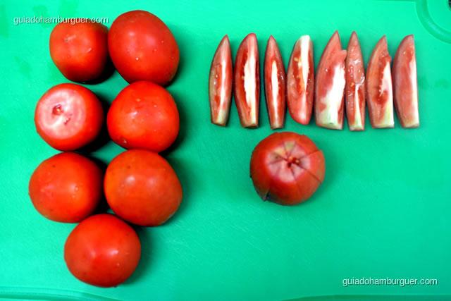 Lave e separe os tomates
