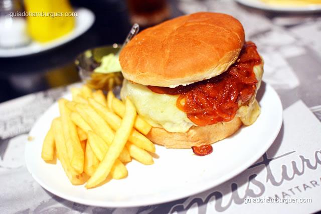 O hambúrguer é bem maior do que o pão - Mistura Mattarazzo