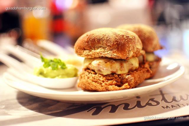 Porção nde mini-burgers servidas no pão australiano levemente adocicado e muito macio - Mistura Mattarazzo