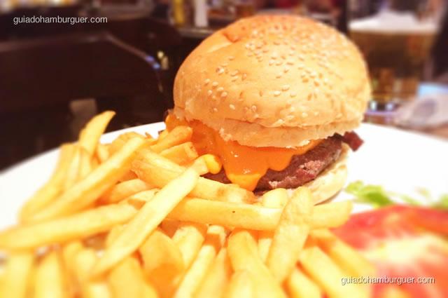 Buddy's Favorite, pão de hambúrguer, hambúrguer coberto com uma camada cremosa de cheddar, cebola caramelizada e maionese  - Mustang Sally
