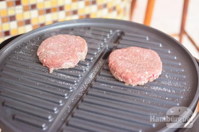 Hambúrguer logo após ser colocado na chapa quente - George Foreman Grill