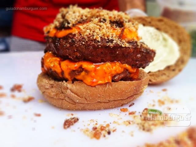 Pediu a gente faz: Farofa com duplo burger, monstro! - Butantan Food Park