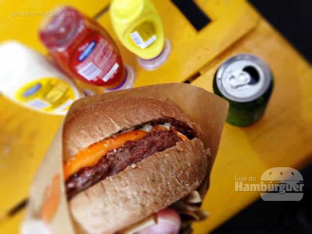 Nosso campeão de vendas, o Farofa: hambúrguer de 180g, queijo cheddar, cebola caramelizada ao shoyu levemente adocicada, farofa de bacon e maionese de alho negro no pão australiano  - Butantan Food Park