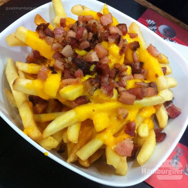 Batatas palito com cheddar e bacon - Santana Burguers