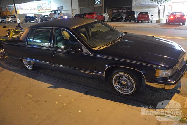 Cadillac que fica em frente à hamburgueria - Cadillac Burger