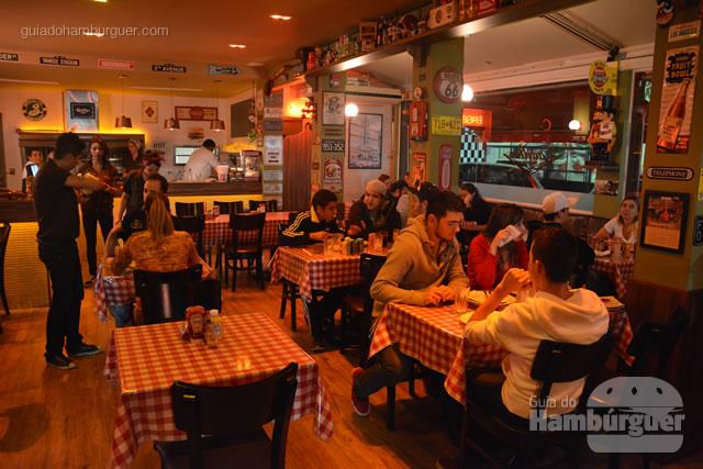 Ambiente e mesas com toalhas xadrez - Cadillac Burger