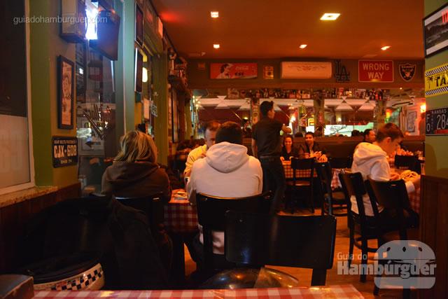 Decoração e clientes em outras mesas - Cadillac Burger