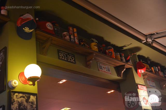 Decoração com vários bonés, placas e motivos americanos - Cadillac Burger