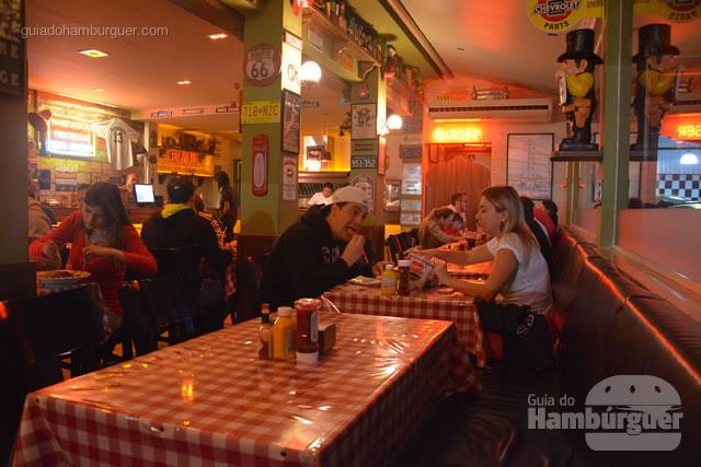 Ambiente que lembra casas norte americanas - Cadillac Burger