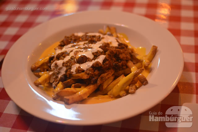 Chilli Fries com chilli, cheddar e sour cream - Cadillac Burger