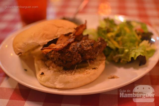 Juicy Lucy: hambúrguer de 180g recheado com queijo especial, tomate cereja, picles e salada verde, acompanha molho chimichurri - Cadillac Burger