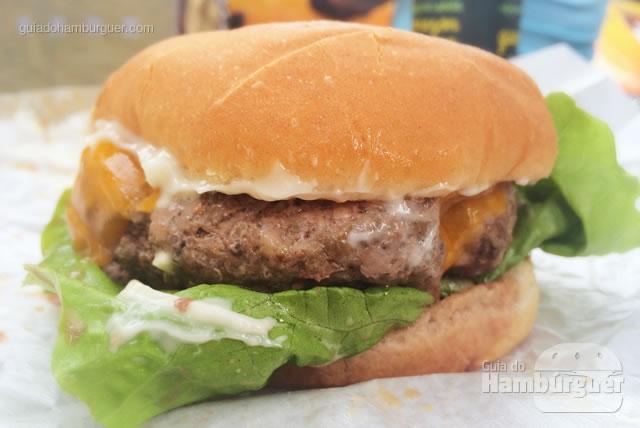 Cheese Salada com cheddar inglês e aioli - Buzina Food Truck