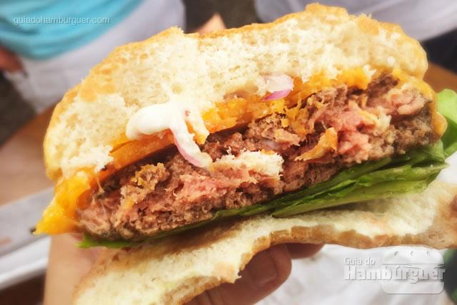 Ponto do hambúrguer rosado por dentro - Buzina Food Truck