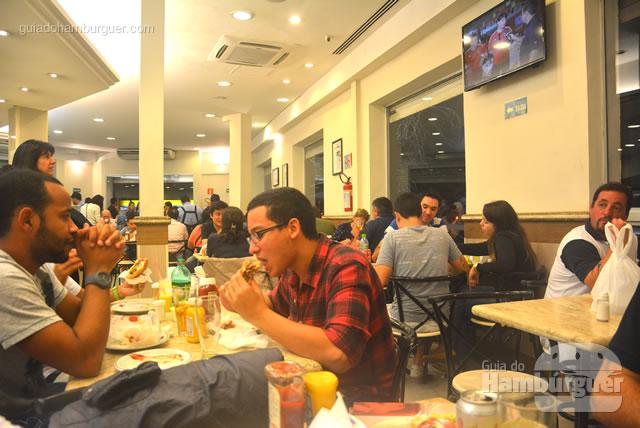 Muitos clientes estavam devorando seus burgers - Osnir Hamburger