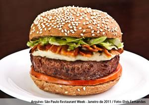 Luz (hambúrguer de 200g, pasta de queijo gorgonzola, alface americana, tomate e lascas de bacon no pão australiano) - Matriz Hamburgueria
