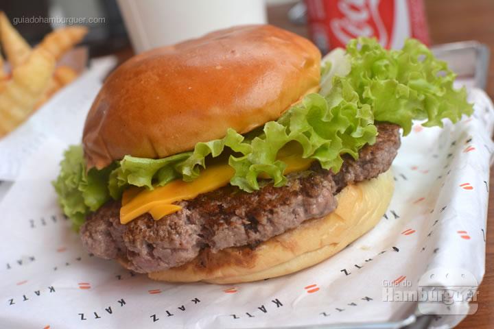 Katz Burger, 120g de carne Black Angus servido ao ponto no pão brioche tostado com queijo prato ou cheddar, cebola roxa, tomate rodela, alface, picles e molho Katz por R$ 19,50 - Katz Burger