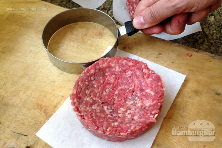 Molde os hambúrgueres com um aro para fritar ovo - Como fazer hambúrguer na churrasqueira