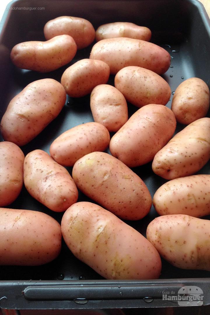 Lave e escolha as batatas - Como fazer hambúrguer na churrasqueira