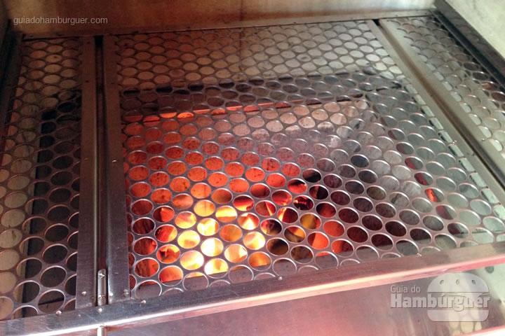 Acenda a churrasqueira até você ver as brasas - Como fazer hambúrguer na churrasqueira