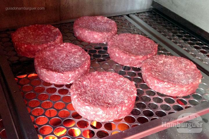 Coloque os burgers na churrasqueira - Como fazer hambúrguer na churrasqueira