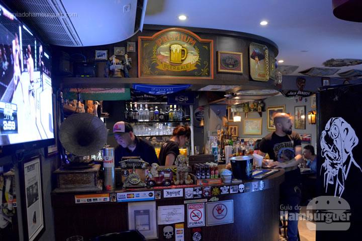 Bar no meio do salão - Cão Véio
