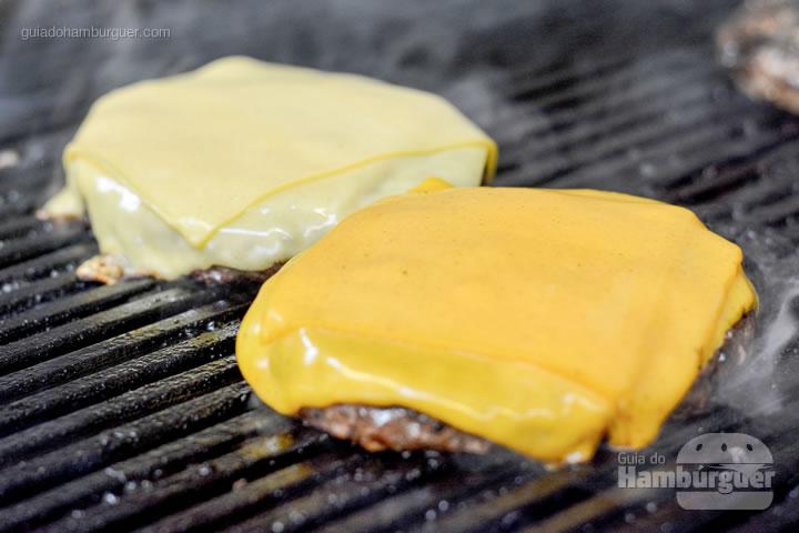 Dois burgers com queijo prato e cheddar - Busger