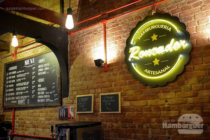 Parede com o logo em neon - Roncador Hamburgueria Artesanal
