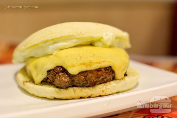 Tiradentes, hambúrguer artesanal, queijo prato, maionese caseira e pão de queijo por R$ 24,00 - Pibus Hamburger
