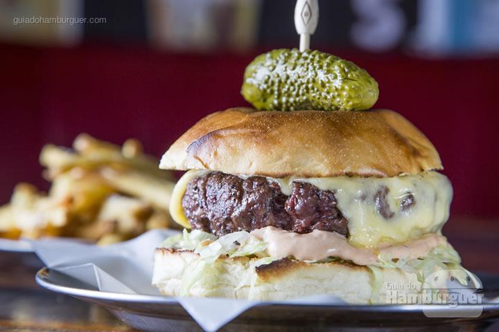 Big Astor - Hambúrguer de fraldinha no pão de brioche, com molho big Astor, queijo prato, picles e alface julienne. Acompanha maionese caseira e batata palito (R$ 32) - 8º UOL Burger Fest Rio de Janeiro