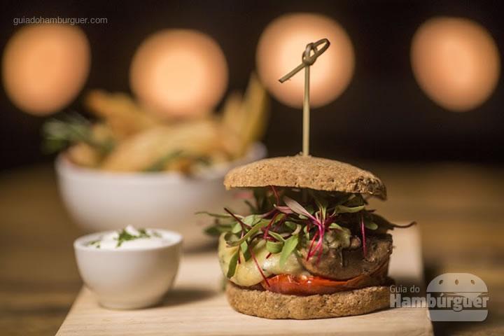 Clubhouse Burger - Hambúrguer de carne com queijo minas padrão, cebola roxa confitada, molho barbecue especial do chef, rúcula , servido no pão de hamburger feito na casa (R$ 39) - 8º UOL Burger Fest Rio de Janeiro
