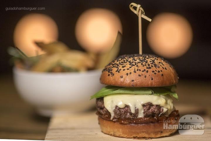 Kessey's Burger - Hambúrguer vegetariano de cogumelo paris, queijo gorgonzola, tomates assado, brotos de beterraba no pão sem glúten de chia feito na casa (R$ 40) - 8º UOL Burger Fest Rio de Janeiro