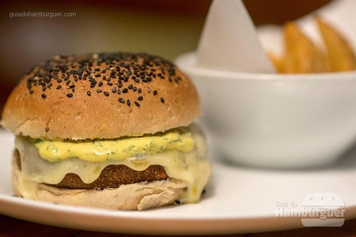 Beer-croqburguer - Hambúrguer de croquete de carne com queijo cruzeiro da fortaleza, molho de mostarda com ervas no pão de cerveja com gergelim preto, acompanha batatas rústicas (R$ 35) - 8º UOL Burger Fest Rio de Janeiro