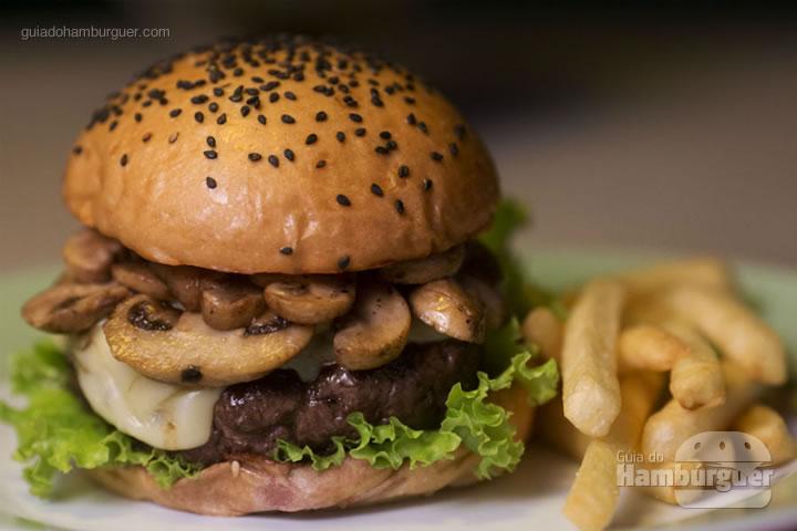 Brooklyn burger - Hambúrguer de contrafilé (150 g), cogumelos paris salteados no molho shoyo, queijo gruyère, alface e molho de alho. Servido no pão com gergelim preto e batatas fritas de acompanhamento (R$ 28,90) - 8º UOL Burger Fest Rio de Janeiro