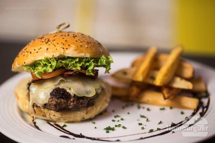 Burger - blend de carnes com bacon crocante, picles de chuchu, mix de queijos (minas padrão e gorgonzola), maionese picante, alface, tomate fininho e pão artesanal de chia. Servido com batatas rústicas (R$ 37,00) - 8º UOL Burger Fest Rio de Janeiro