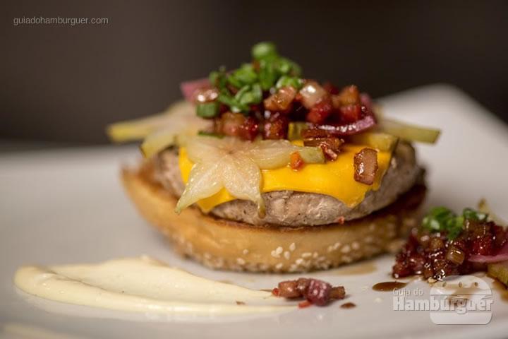 King Pig Going Nuts - Hambúrguer de porco com queijo do reino, bacon no bourbon, maionese de genbibre e picles de carambola no pão de leite (R$ 30) - 8º UOL Burger Fest Rio de Janeiro