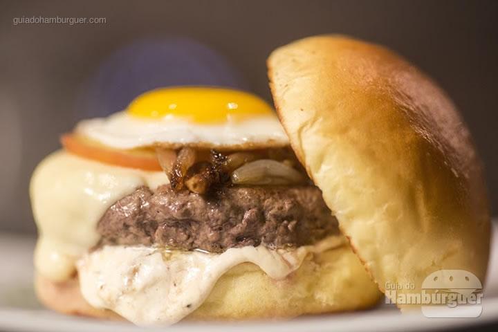 Picanha completa - Hambúrguer de picanha, pasta de alho assado, tomate, cebola, queijo e ovo estalado no pão de batata (R$ 35) - 8º UOL Burger Fest Rio de Janeiro