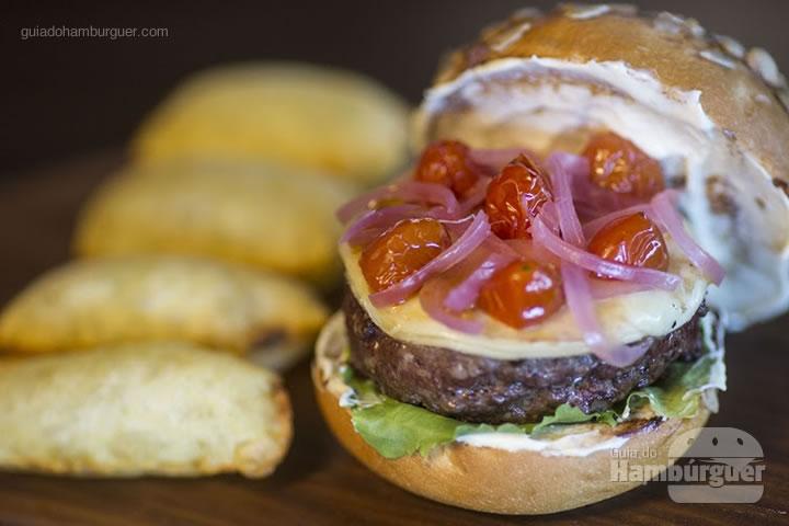 Baby Beef Burger - hambúrguer de baby beef maturado por 21 dias com queijo de cabra, cebola roxa em conserva, tomate confit e alface (R$ 54) - 8º UOL Burger Fest Rio de Janeiro